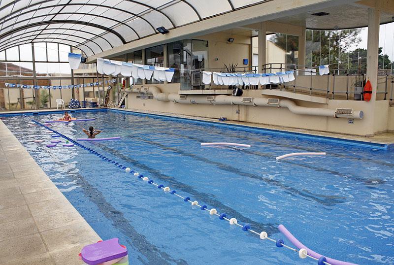 Piscina cubierta climatizada aquazul apart hotel spa for Techo piscina cubierta
