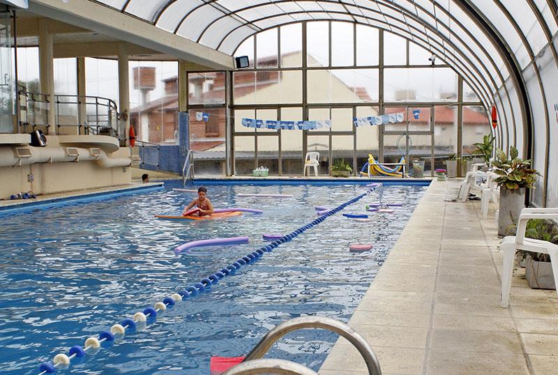 Piscina cubierta climatizada aquazul apart hotel spa for Temperatura piscina climatizada